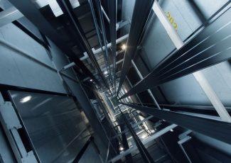 Sumqayıtda yaşayış binasının lifti qırılıb, xəsarət alanlar var – FOTO
