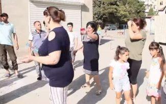 """Nəsimi rayon sakinləri vəziyyətdən narazıdırlar: """"Mikrorayonda xaosdur, xahiş edirik…"""" – Video"""