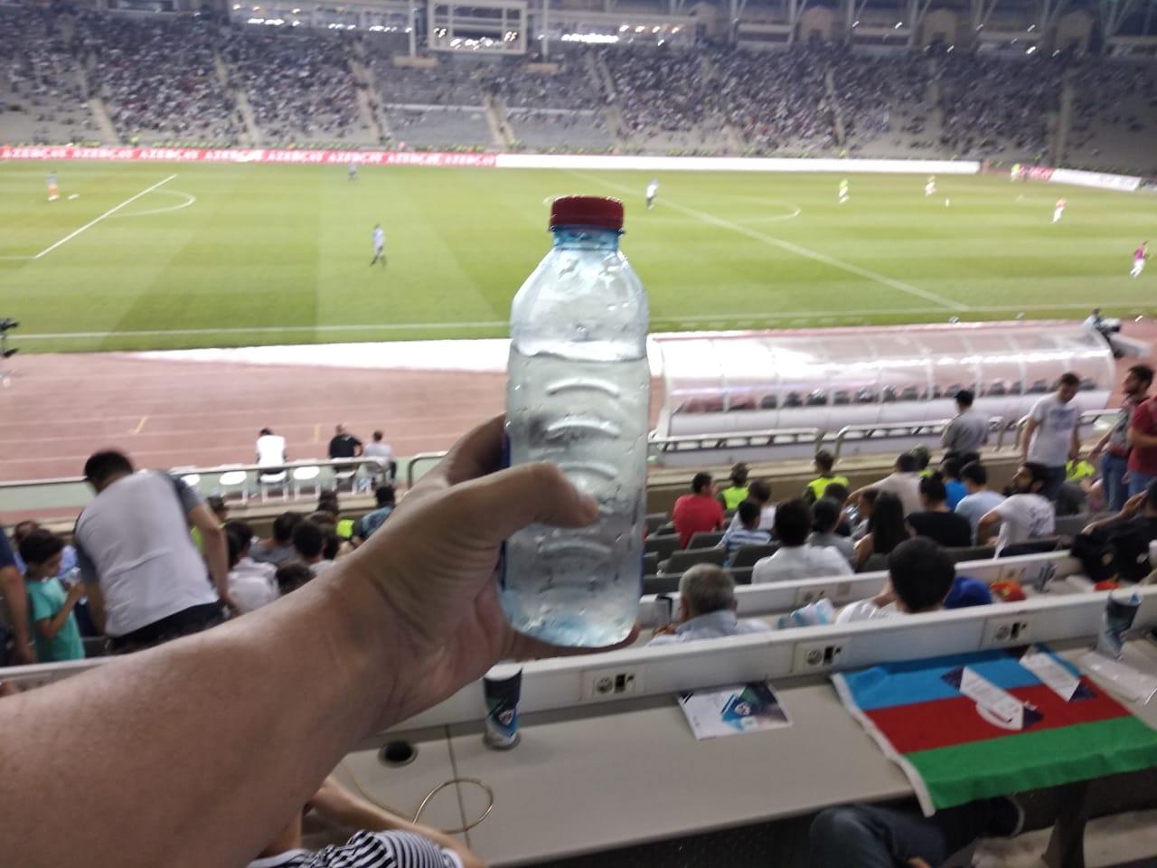 Tofiq Bəhramov stadionunda su biznesi – Azarkeşə verilən işgəncə ilə qazanılan pullar – FOTOLAR