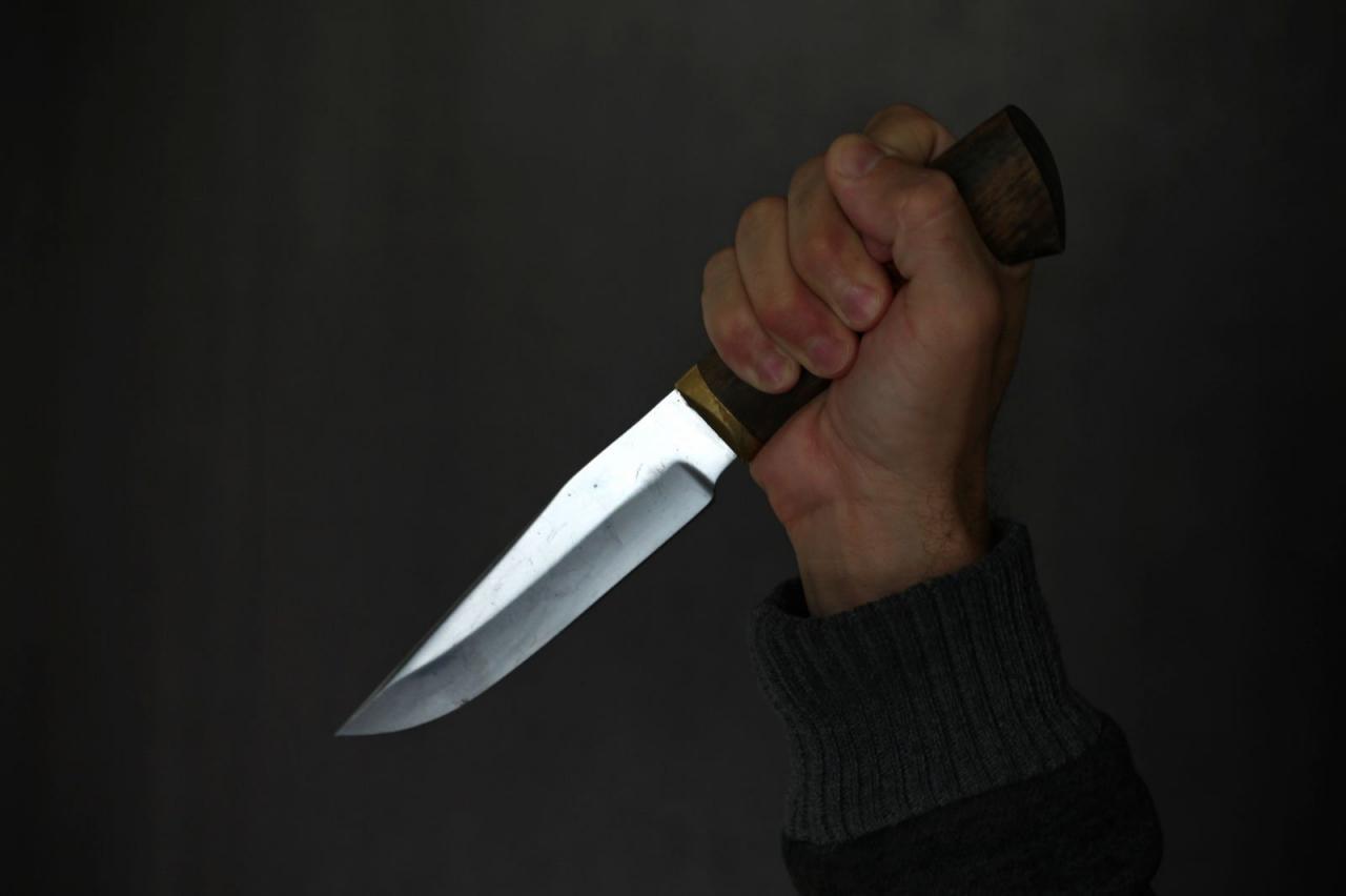 13 yaşlı yeniyetmə anasına mesaj yazan şəxsə 7 bıçaq zərbəsi vurdu
