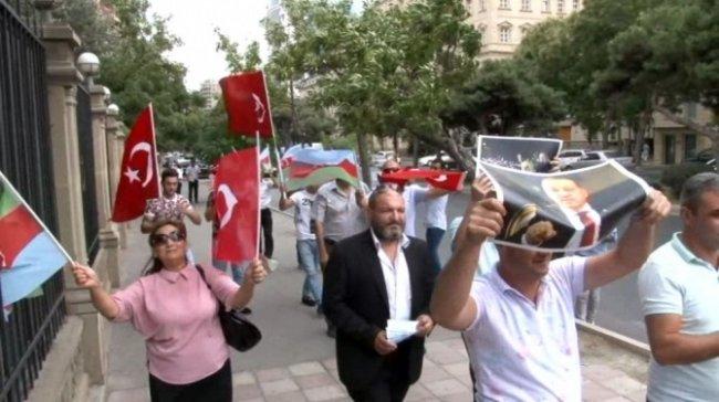 """Bakıda Türkiyəyə dəstək aksiyası – """"Dollar"""" yandırıldı (VİDEO)"""
