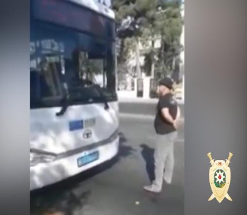 """Bakıda avtobusun qarşısını kəsib, inasanları ölümlə hədələyən şəxs: """"Peşmanam"""" (VİDEO)"""
