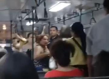 Bakıda yaşlı qadınla gənc qız avtobusda əlbəyaxa oldu – VİDEO