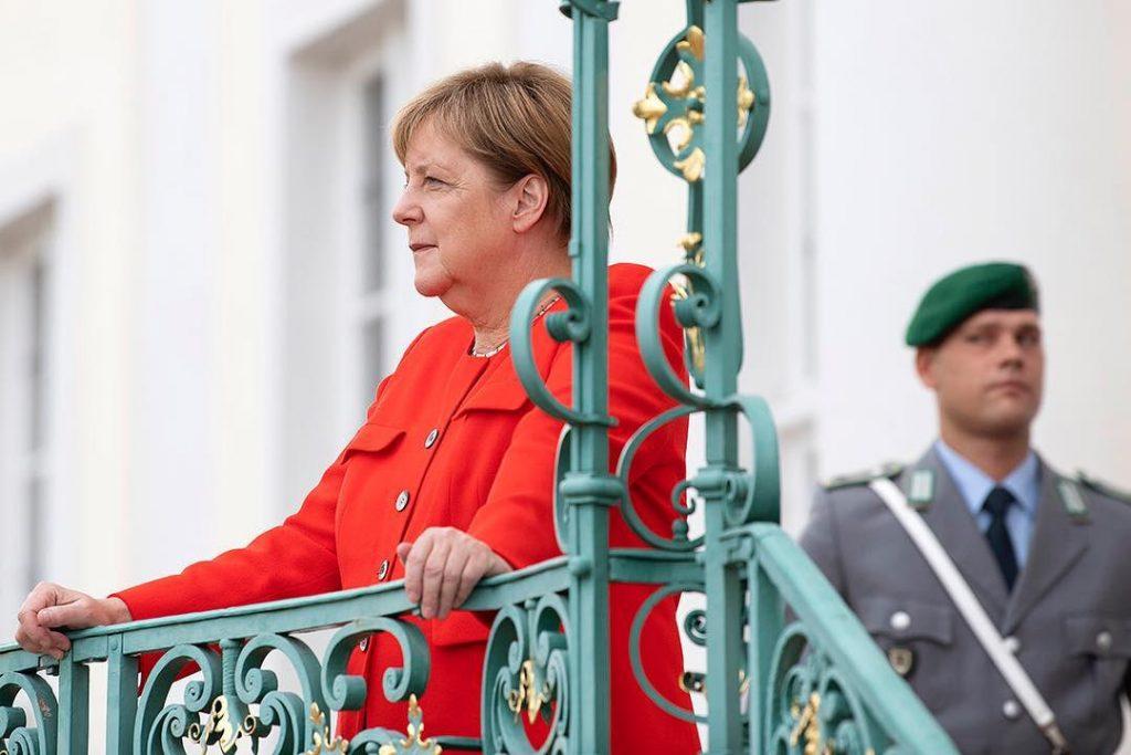Angela Merkel konfransda yıxılıb – VİDEO