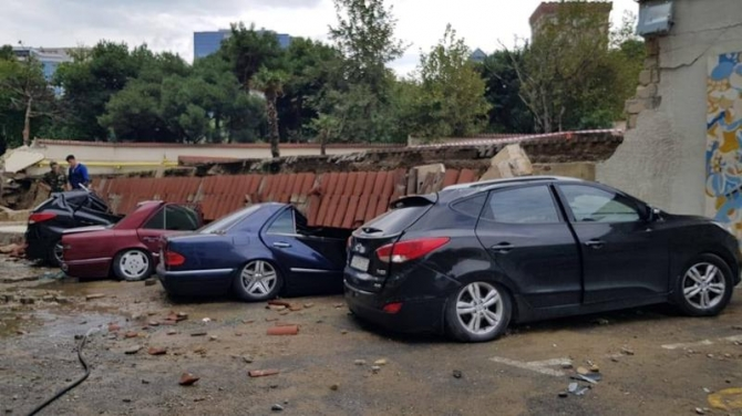 Bakıda hasar aşdı – avtomobillər dağıntı altında qaldı (FOTO)
