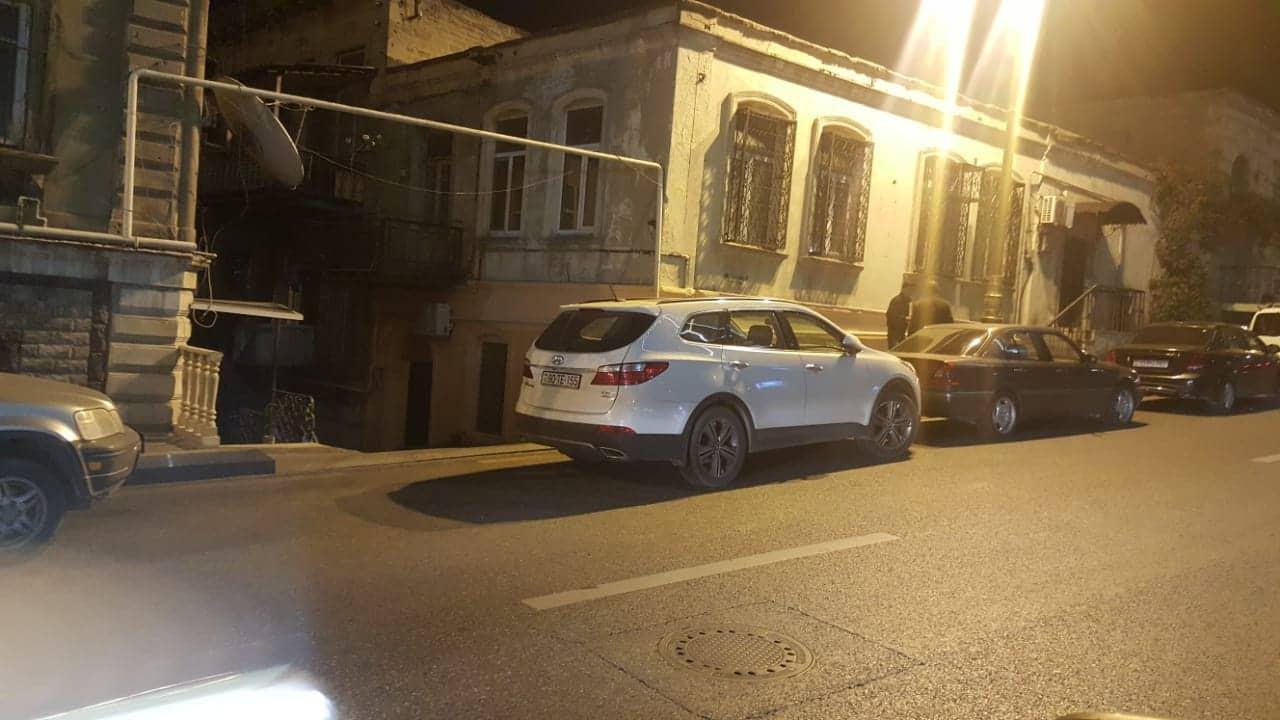 """Bakıda sürücüdən """"unikal"""" hərəkət: Yolu bağladı, insanlar evlərinə gedə bilmədi – FOTOFAKT"""