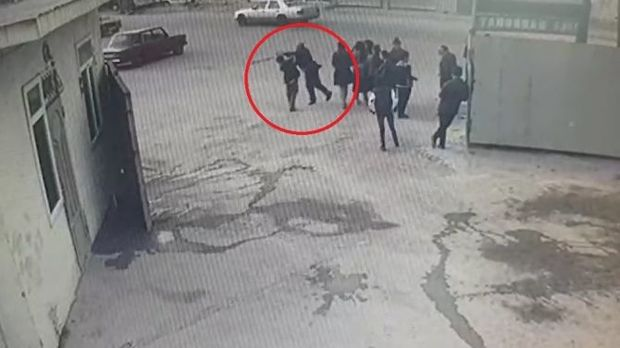 Bakıda müəllim küçənin ortasında şagirdi döydü – Video