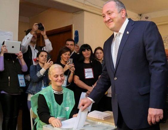 Gürcüstan prezidenti seçki məntəqəsinə piyada gəldi
