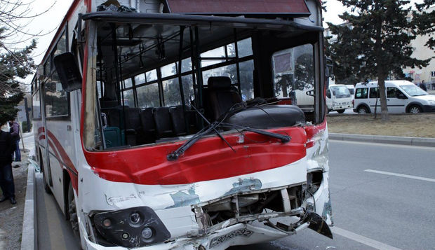 Bakıda sürücü avtobusu avtomobillərə çırpdı, ölən var