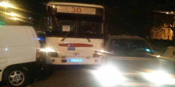 Bakıda sərnişin avtobusu qəzaya düşdü – FOTO