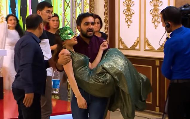 ATV-də xanım iştirakçı huşunu itirdi – Video