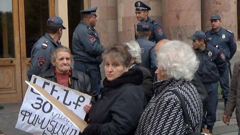 """""""Azərbaycandan gəlmələr"""" İrəvanda ayağa qalxdı: """"Bizi insan yerinə qoymurlar"""" – VİDEO"""