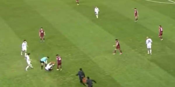Futbolda dəhşət anları: futbolçunun boynu qırıldı (VİDEO)