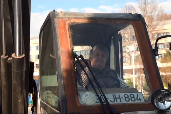 71 yaşlı qadın kişilərin belə çətinlik çəkdiyi işi görür – VİDEO
