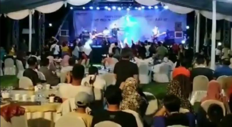 Sunami dağlası pop qrupunu səhnədə vurdu – Video