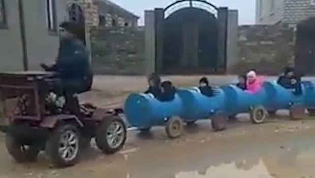 Kənd sakini uşaqları çəllək-qatarda məktəbə aparır – Video