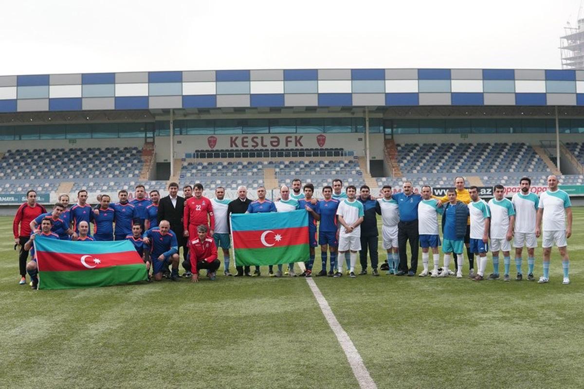 Məmurlarla jurnalistlər futbol oynadı