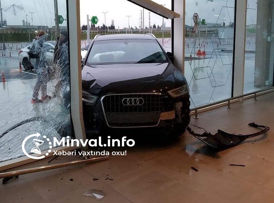 """Bakıda sürücü """"Bravo"""" marketə avtomobili ilə girdi –"""