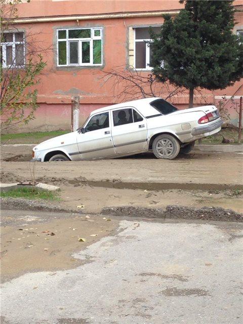 """""""Azərsu"""" yolu qazdı, doldurmadı, avtomobil çuxura düşdü"""