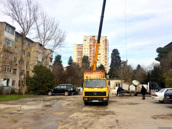 Eldar Əzizov əmr verdi: Binaların üstündəki su çənləri yığışdırılır (FOTOLAR)