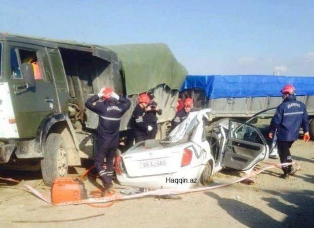 Bakıya gələn taksi dəhşətli qəzaya uğradı: 2 ölü, 3 yaralı – Foto