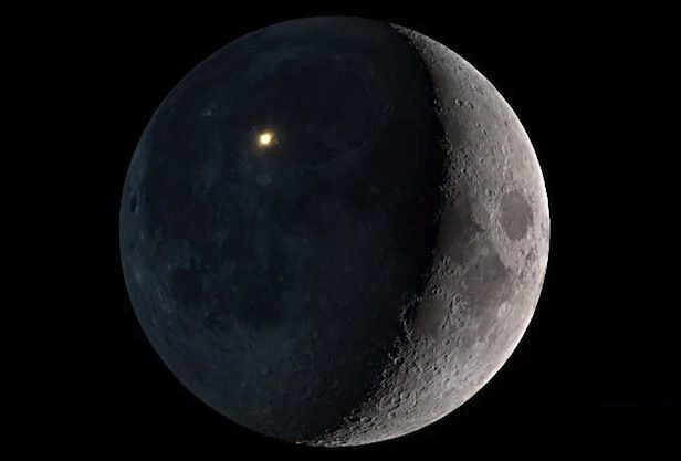 Ay naməlum obyektlə toqquşdu