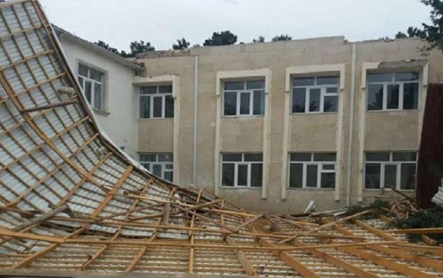 Külək Bakıda məktəbin dam örtüyünü uçurdu – Fotolar