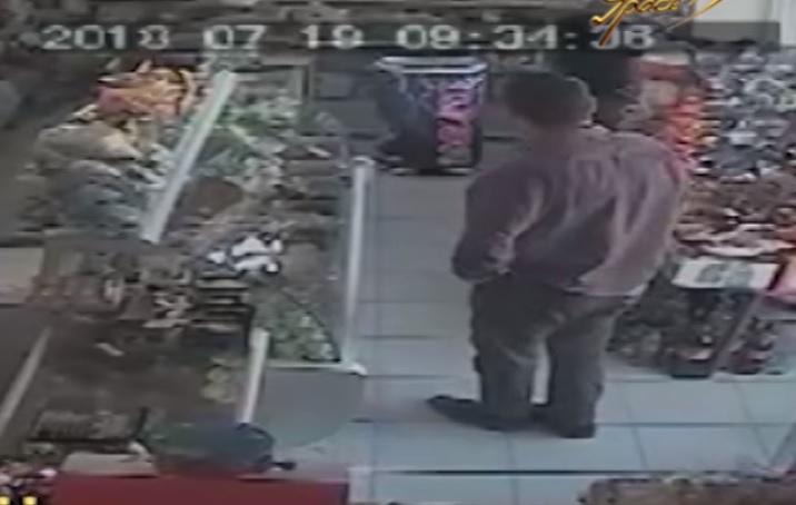 Yaşlı kişinin başını qatdı, dostu kassadan pulları apardı (VİDEO)