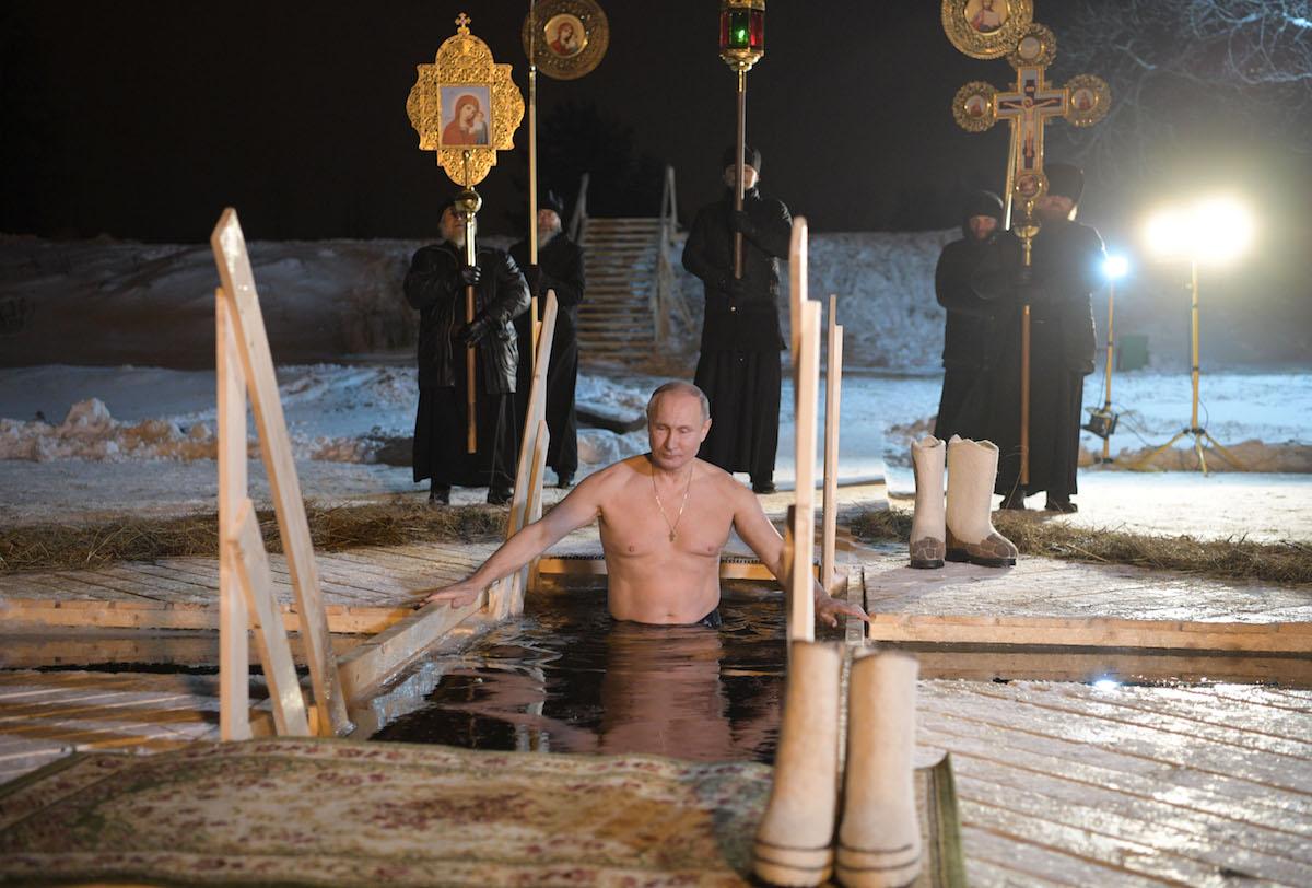 Putin xaç suyuna girdi – VİDEO