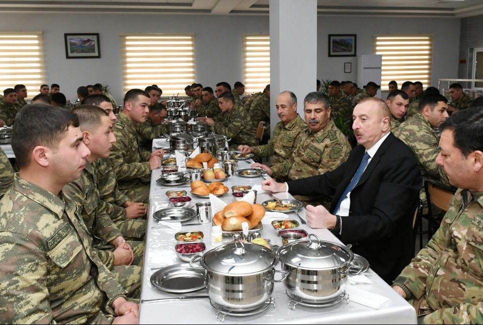 Prezident əsgərlərlə yemək yedi – Fotolar