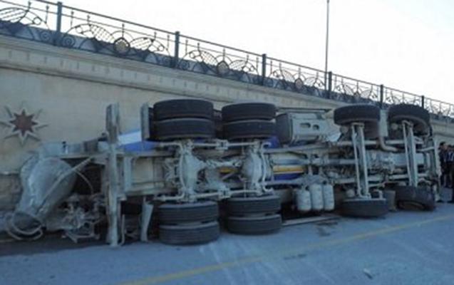 Betonqarışdıran maşın xəndəyə düşdü – Sürücü öldü