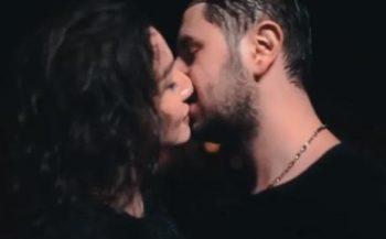 """""""İmtahan""""ın aktrisasının əriylə öpüşdüyü kadrlar tənqid olundu – Video"""