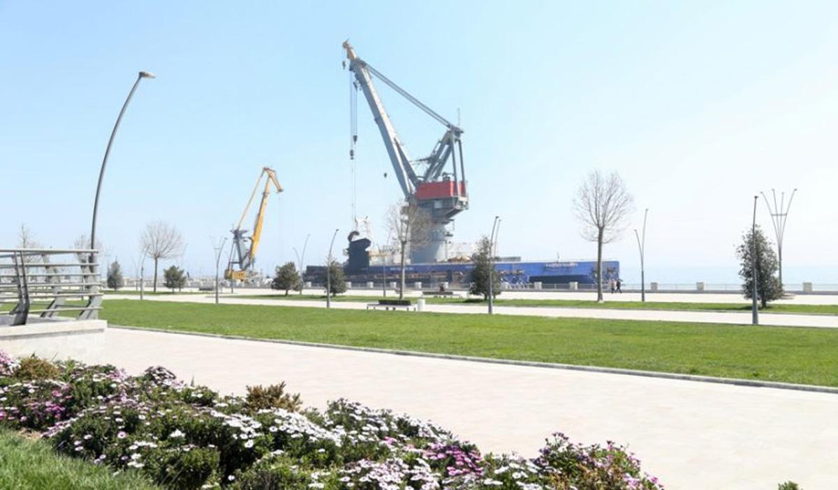 Bulvar sahilində Xəzərin dibindən 445 ton ağırlığında üç gəmi korpusu çıxarılıb – FOTOLAR