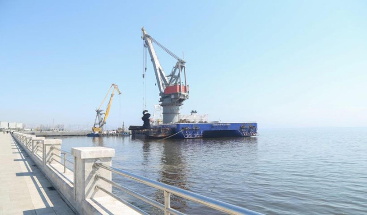 Bulvar sahilində Xəzərin dibindən 445 ton ağırlığında üç gəmi korpusu çıxar ...