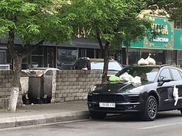 """Bakıda """"Porsche"""" sürücüsü sakinləri qəzəbləndirdi: Belə cəzalandırdılar – Fotolar"""