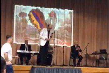 Xalq artisti Eyyub Yaqubov Laçının işğal günü erməni bayrağı ilə konsert verib? – Video