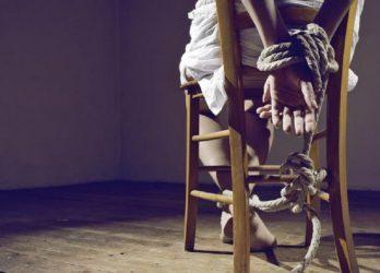 Qız internetdə tanış olduğu oğlanı stula bağladı – BAKIDA FİLM KİMİ OLAY
