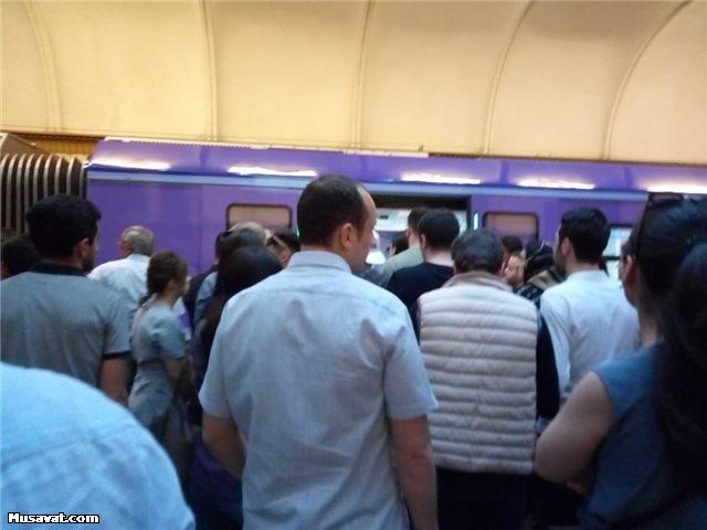 Bakı metrosunda intihara cəhd – Sevdiyi oğlana görə