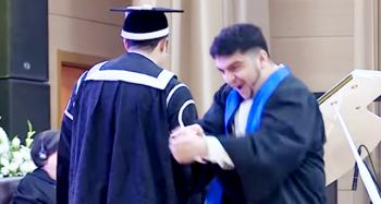 Bakıda tələbə rektordan diplomu oynaya-oynaya aldı – Video