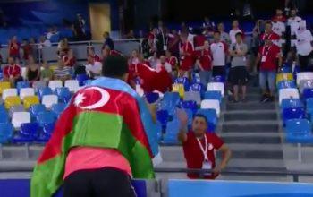Tribunada Türkiyə bayrağını görüb aldı – Azərbaycanlı çempiondan jest – Video