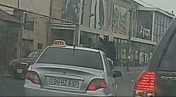 """Bakıda avtomobil qadını vurub """"havaya uçurdu"""" – VİDEO"""