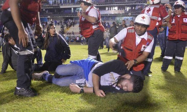 Kütləvi dava: Üç futbolçu yaralandı, dörd azarkeş öldü – Video