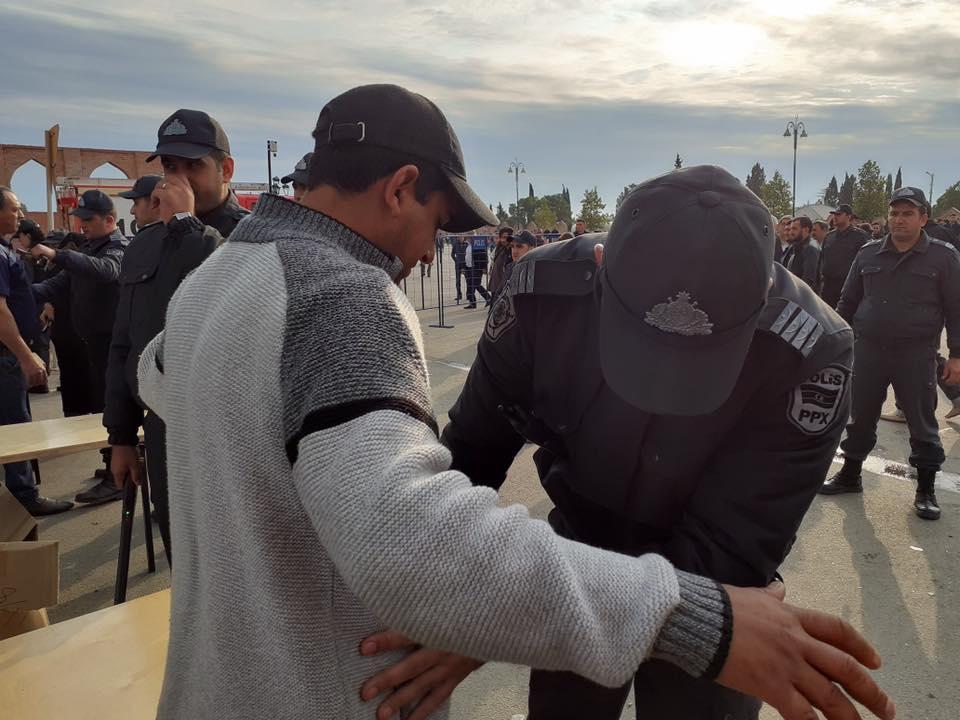 Polis məscidə gələnləri bir-bir yoxladı – Gəncədən fotolar