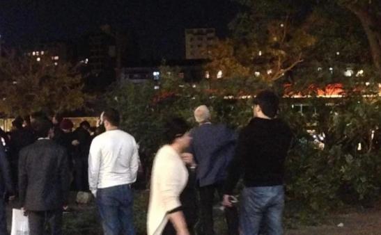 Bakıda ağac budaqları qırılaraq insanların üzərinə düşdü – Yaralılar var (FOTOLAR)