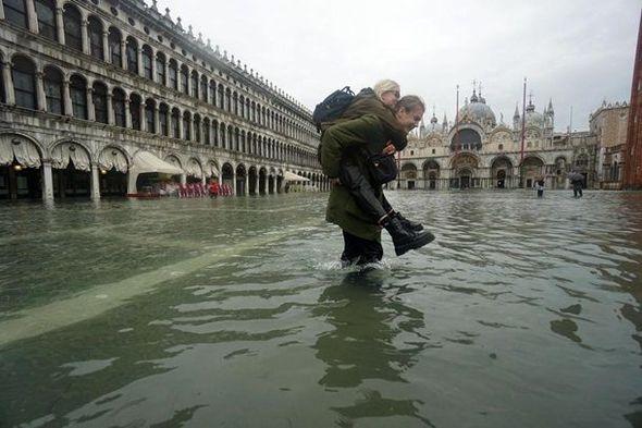 Dünyanın ən romantik şəhərlərindən biri su altında qaldı – FOTO