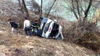İdmançıları daşıyan komanda avtobusu dərəyə aşdı – 2 nəfər ölüb, 15 yaralı var – FOTO